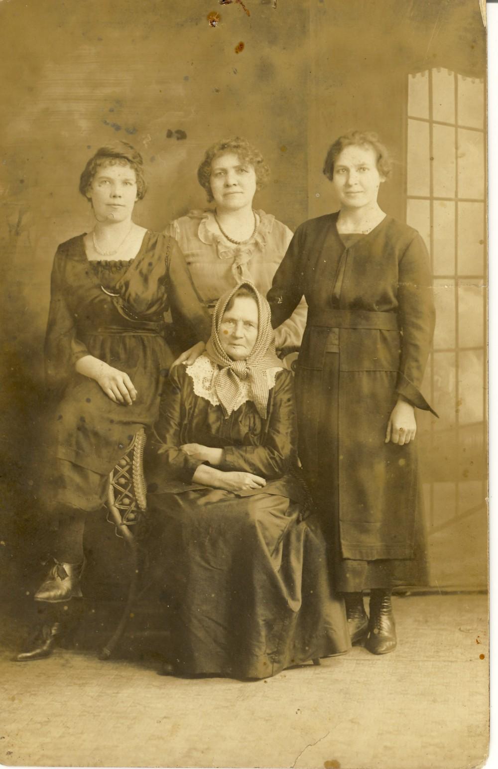 Su draugėmis Amerikoje. Apie 1918 m. Kairėje – Pranė Kemežienė