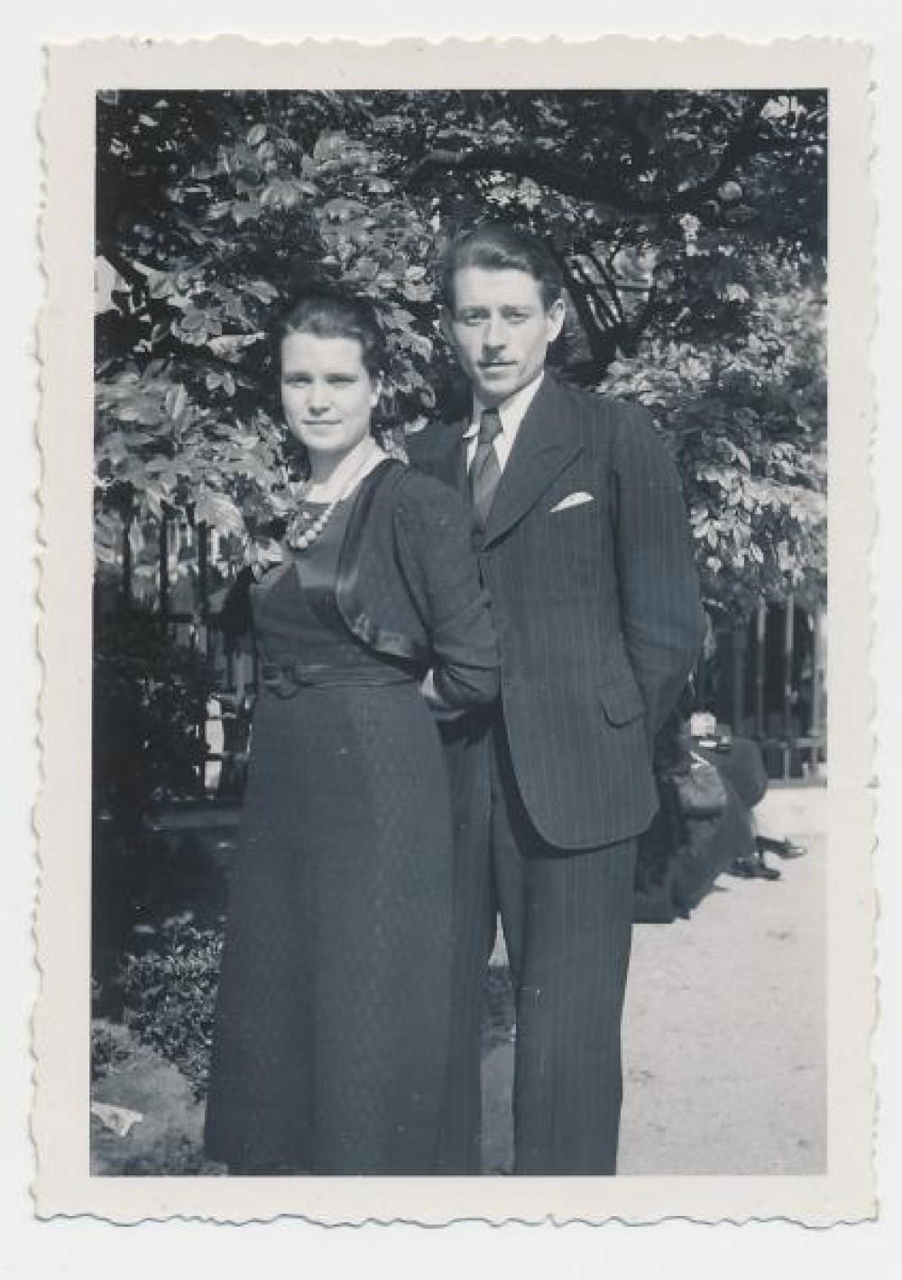 Su žmona Aleksandra Brazdžiūnaite-Rimkūniene. Paryžius, Prancūzija. 1939 m.