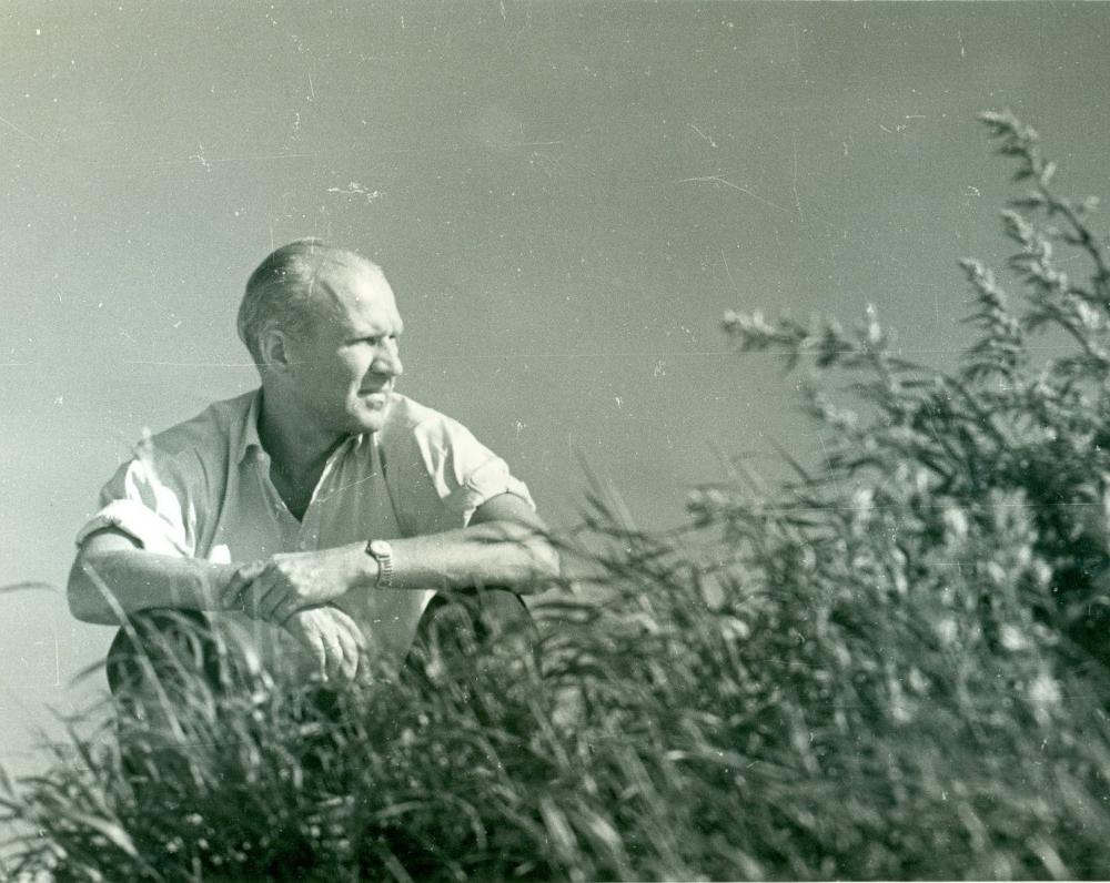 V. Miliūnas kopose. Nida, 1964 m. A. Sutkaus nuotrauka