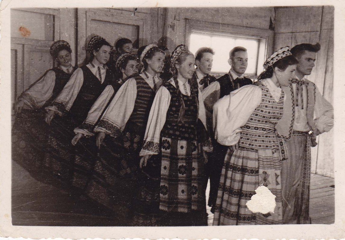 Vyžuonų vid. mokyklos dešimtokai šoka lietuvių liaudies šokius. Pirmoji pora iš dešinės – B. Radzevičius ir J. Bernotaitė. Vyžuonos, 1959 m.
