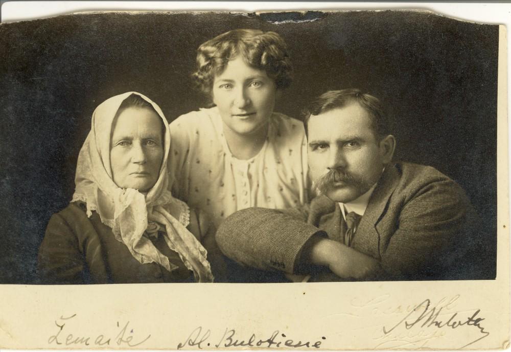 Žemaitė su Aleksandra ir Andriumi Bulotomis Amerikoje. Rašytoja 1916–1921 m. gyveno JAV, lankė lietuvių kolonijas