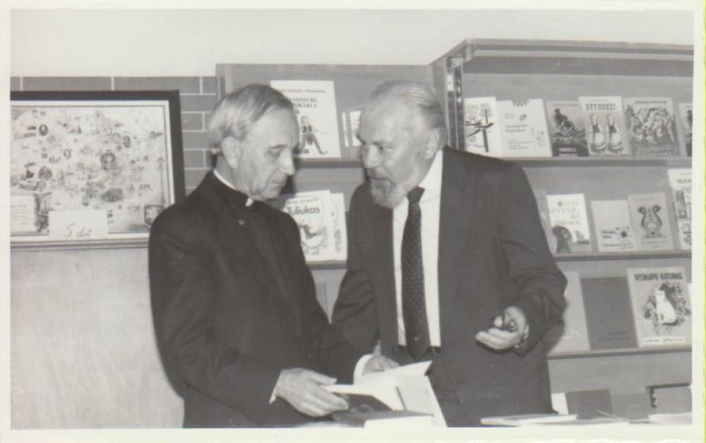 """""""Draugo"""" redakcijoje su Kaziu Bradūnu. Čikaga, 1982 m."""