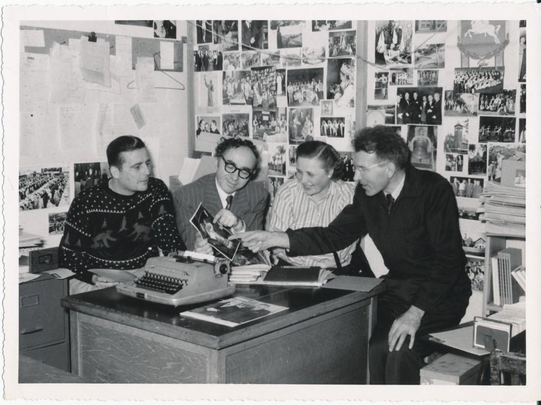 """""""Lietuvių dienų"""" redakcijoje. M. Starkus, B. Brazdžionis. E. Tumienė, J. Tininis. Los Andželas, 1956 m."""