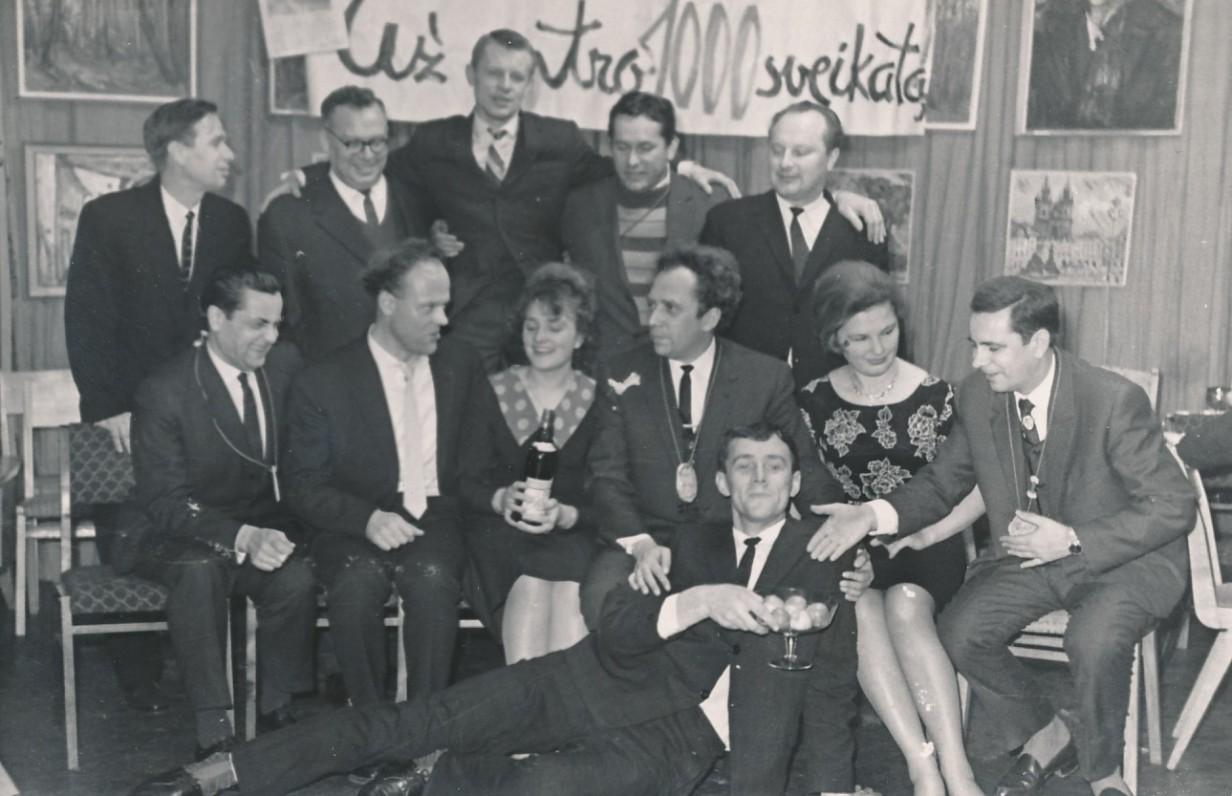 """""""Literatūros ir meno"""" redakcijos darbuotojai švenčia savaitraščio dvidešimtmetį. E. Ignatavičius guli priekyje. 1966 m."""