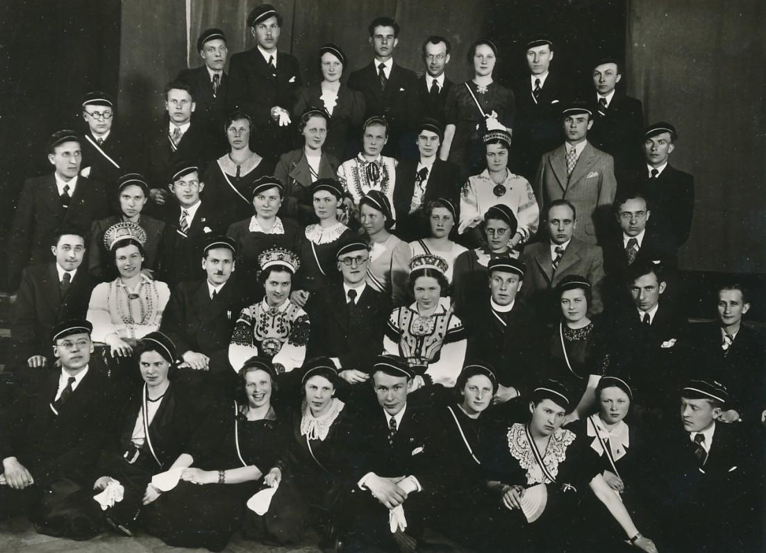 """""""Šatrijos"""" draugijos nariai. Kaunas, apie 1938 m. Pirmoje eilėje centre – P. Jurkus, trečioje eilėje iš dešinės – B. Brazdžionis"""