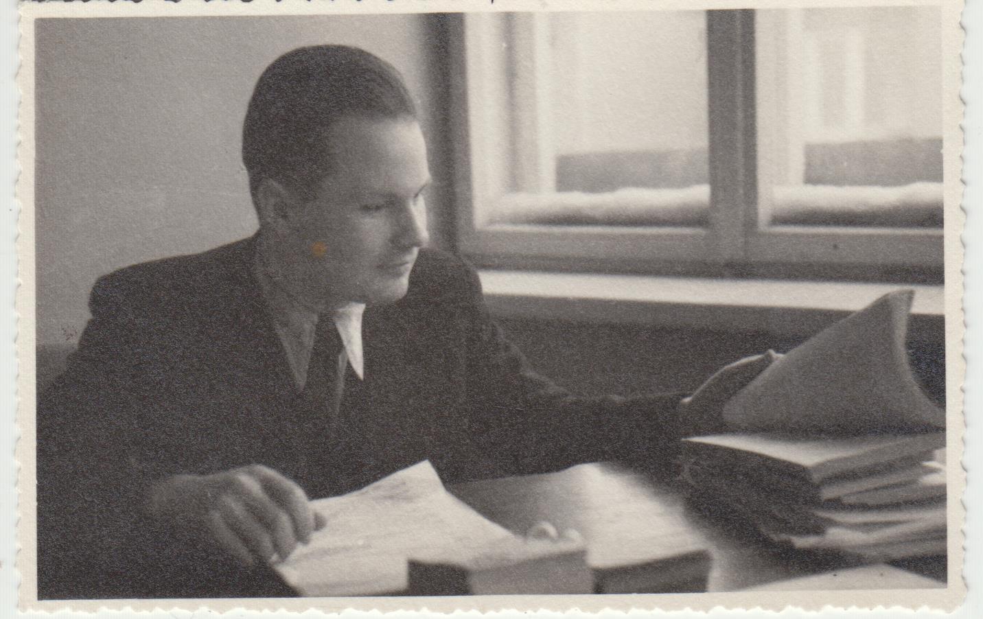 Stepas Zobarskas redakcijoje apie 1942 m.