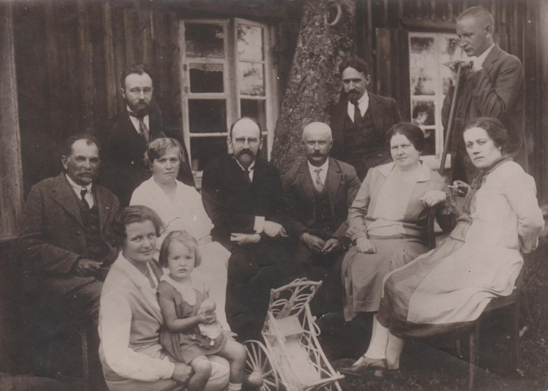 Priekyje: V. Sruogienė su dukra Dalia. Sėdi: K. Daugirdas, O. Bagnickaitė, Vaclovas Biržiška, K. Slonskis su žmona, K. Kopystinskaitė. Stovi: Viktoras Biržiška, J. Nemeikša, B. Sruoga. Būgiai. 1928 m.