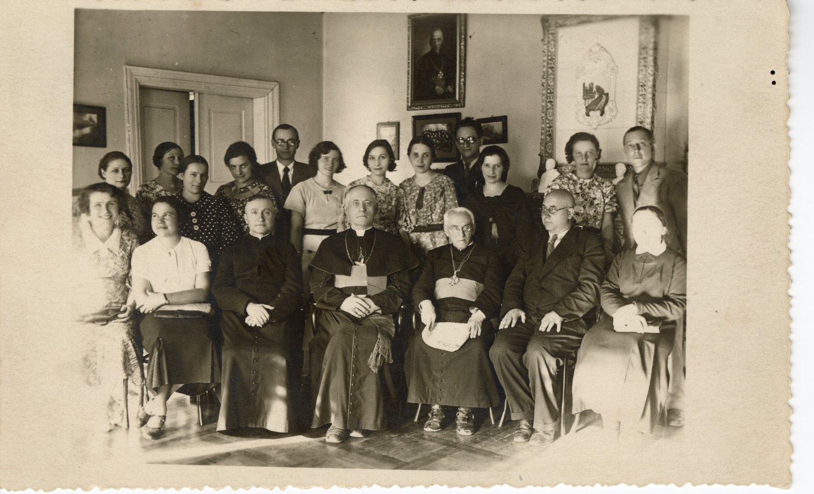 A. Jakštas (sėdi trečias iš dešinės) Šv. Kazimiero draugijos knygynų vedėjų suvažiavime. 1936 06 27