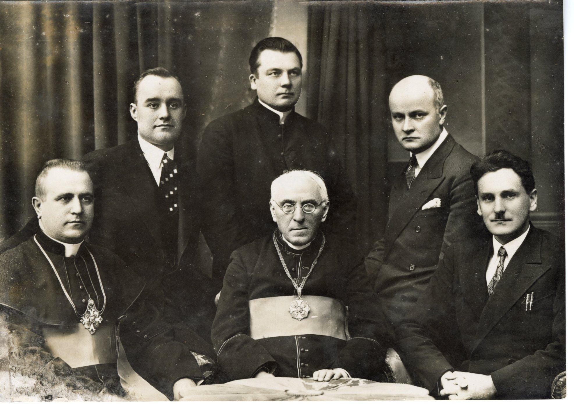 Lietuvių katalikų mokslo akademijos valdyba. 1933 m. Sėdi iš kairės: B. Čėsnys, A. Jakštas-Dambrauskas, J. Eretas; stovi: J. Skrupskis, B. Mikalauskas, A. Gylys