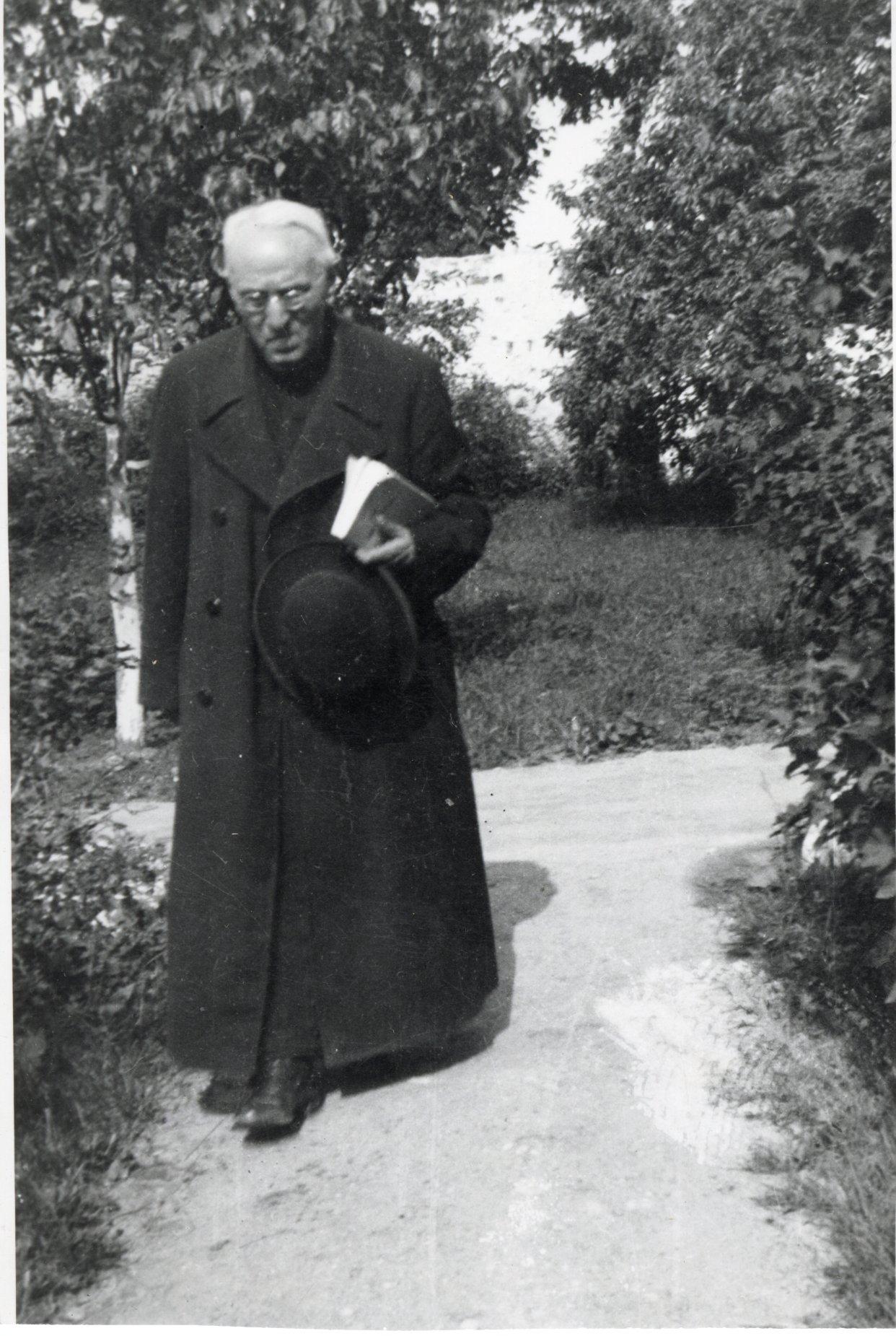 Kunigų seminarijos sode. Kaunas. 1936 m.