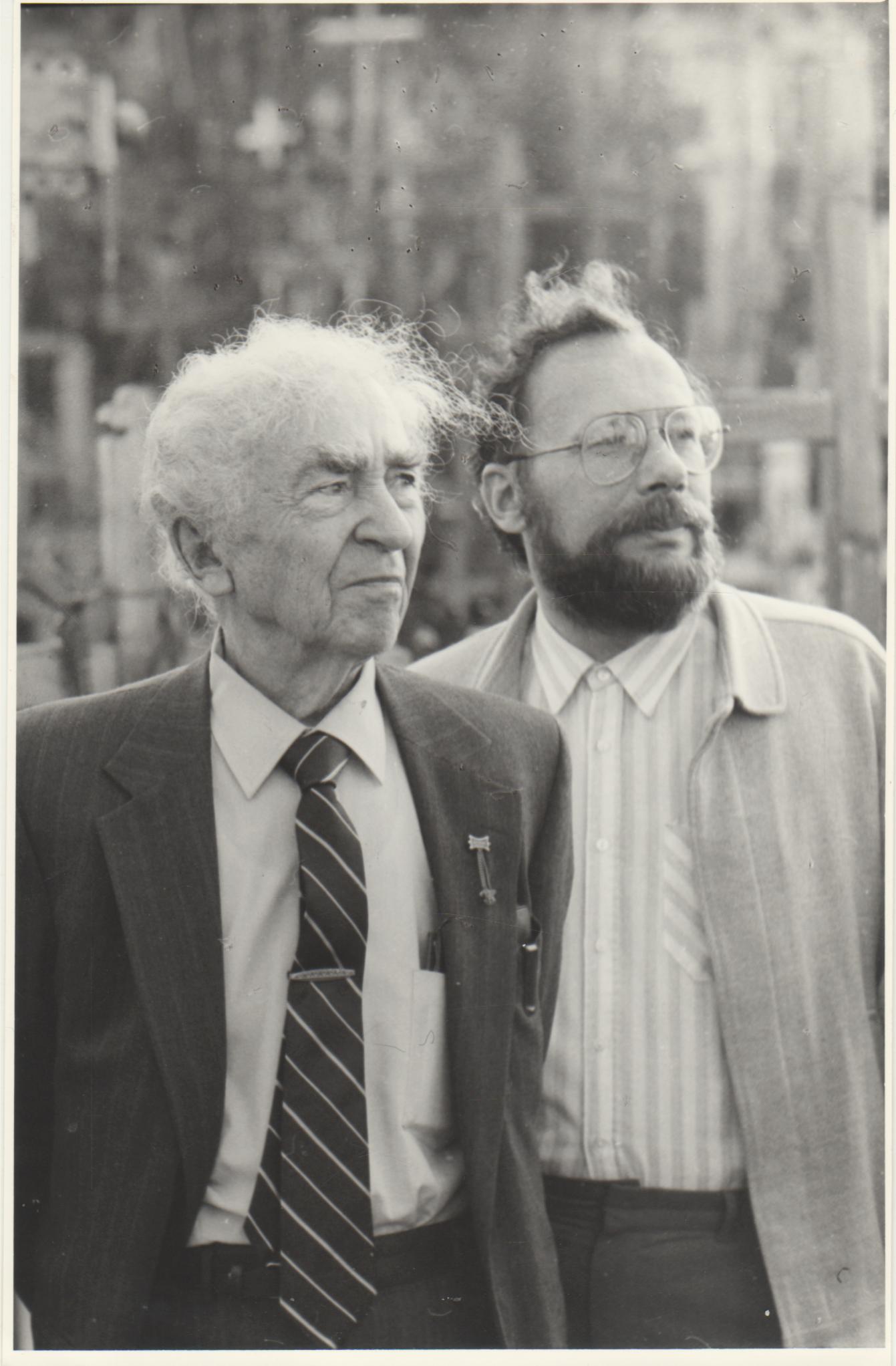 B. Brazdžionis ir Leonas Peleckis-Kaktavičius Kryžių kalne. Šiauliai, 1991 m. gegužės 5 d.