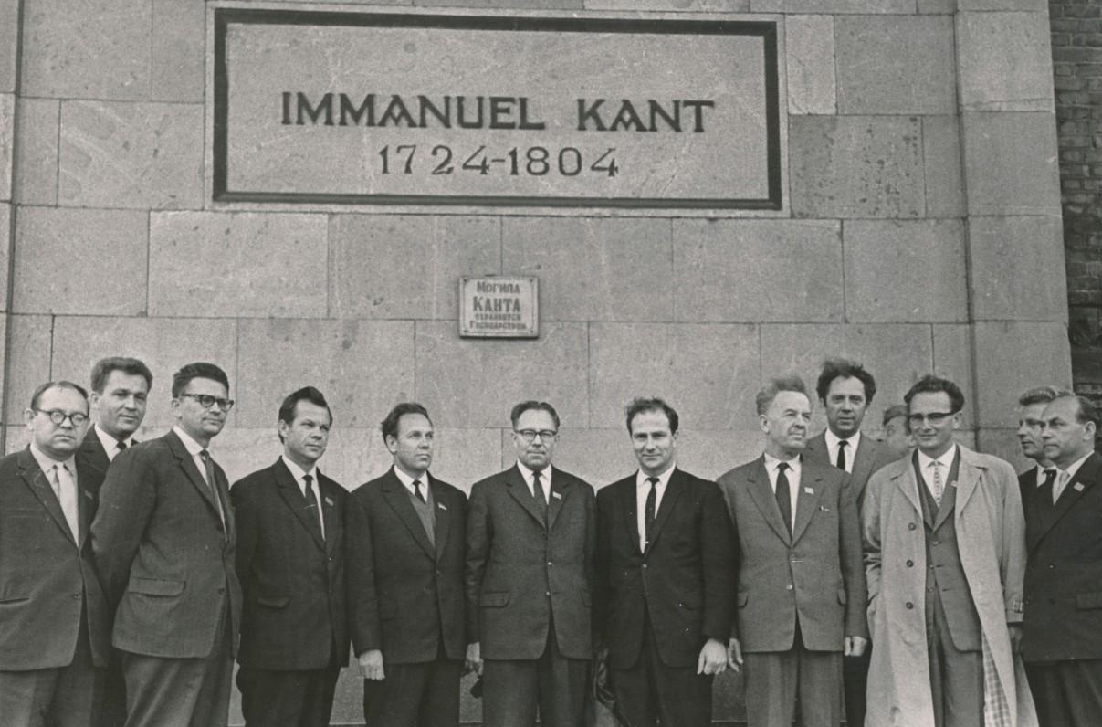 K. Donelaičio 250-ųjų gimimo metinių iškilmių dalyviai prie filosofo I. Kanto kapo Kaliningrade 1964 m. Iš kairės: antras A. Maldonis, A. Bieliauskas, penktas J. Maniušis, K. Korsakas, A. Laurinčiukas, T. Tilvytis, V. Reimeris, vienuoliktas Just. Marcinkevičius