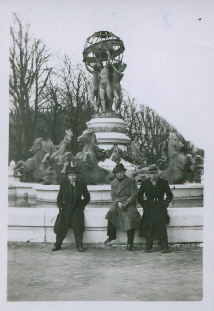 S. Zobarskas su draugais prie Observatorijos fontano Liuksemburgo sode, Paryžiuje. 1936 m.