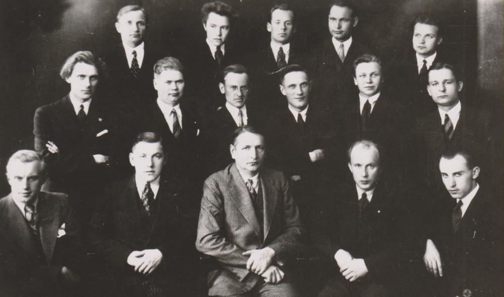 Su Teatro seminaro dalyviais. Pirmoje eilėje (iš kairės): S. Stonkus, A. Ronkus, B. Sruoga, A. Vaitiekaitis, A. Budrys. Antroje eilėje: L. Kalvelis, V. Baravykas, D. Čibas, D. Stankaitis, J. Raustis, H. Radauskas. Trečioje eilėje: neatpažintas asmuo, B. Babrauskas, K. Jankauskas, R. Račinskas, J. Kiznis