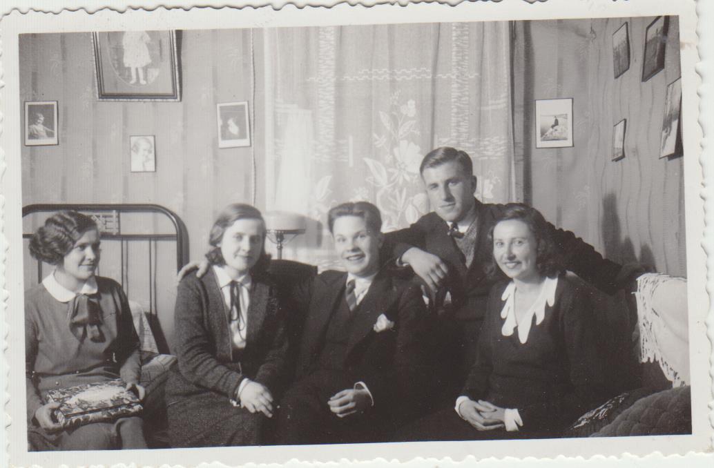 S. Zobarskas su žmona Matilda, jos seserimi Regina ir broliu Vladu bei jo žmona savo namuose Kaune, Tulpių g. Nr. 6. Apie 1938 m.