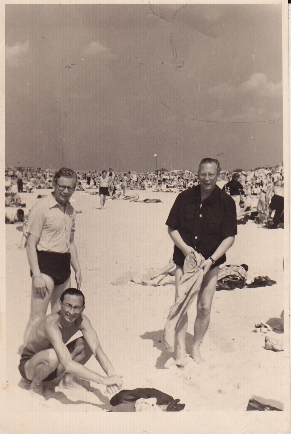 A. Baltrūnas (tupi), V. Mozūriūnas (stovi dešinėje). Apie 1958 m.