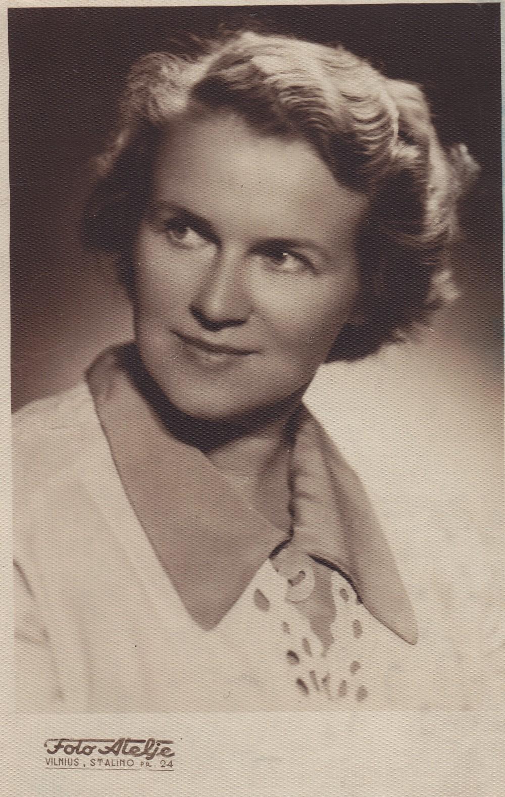 A. Liobytė – Valstybinės grožinės literatūros leidyklos Vaikų ir jaunimo redakcijos vedėja. Vilnius, 1955 m.