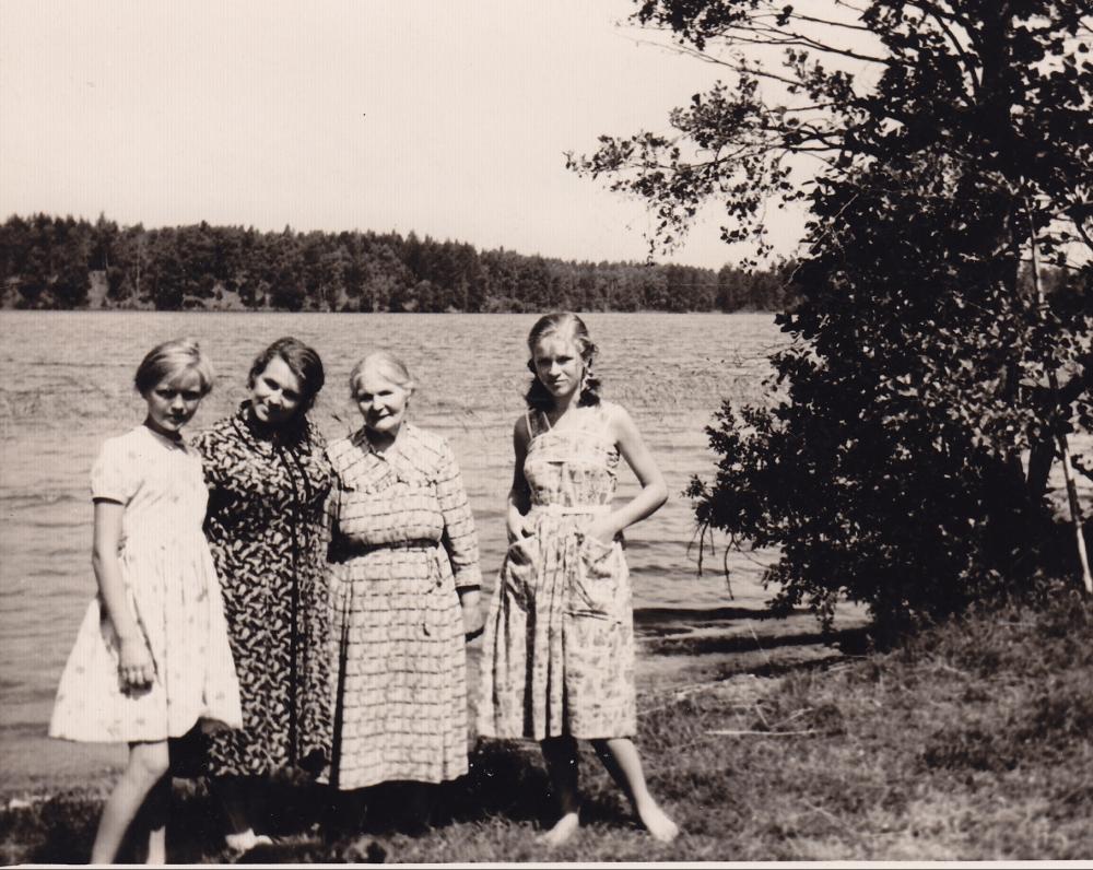 A. Liobytė su dukterimis Laisve, Gintare (kairėje) ir motina M. Liobiene. Šniūrai, Molėtų r., 1958 m.