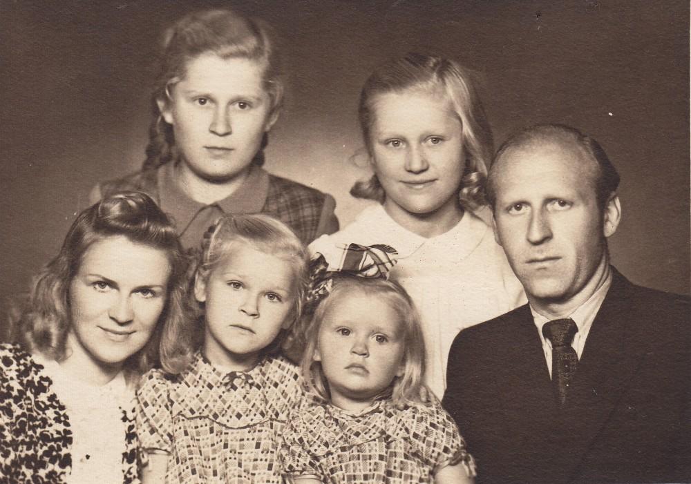 A. Liobytė su dukterimis Laisve, Gintare, vyru V. Paškevičiumi, augintinėmis Ramune ir Deimante Maziliauskaitėmis. Vilnius, 1950 m.
