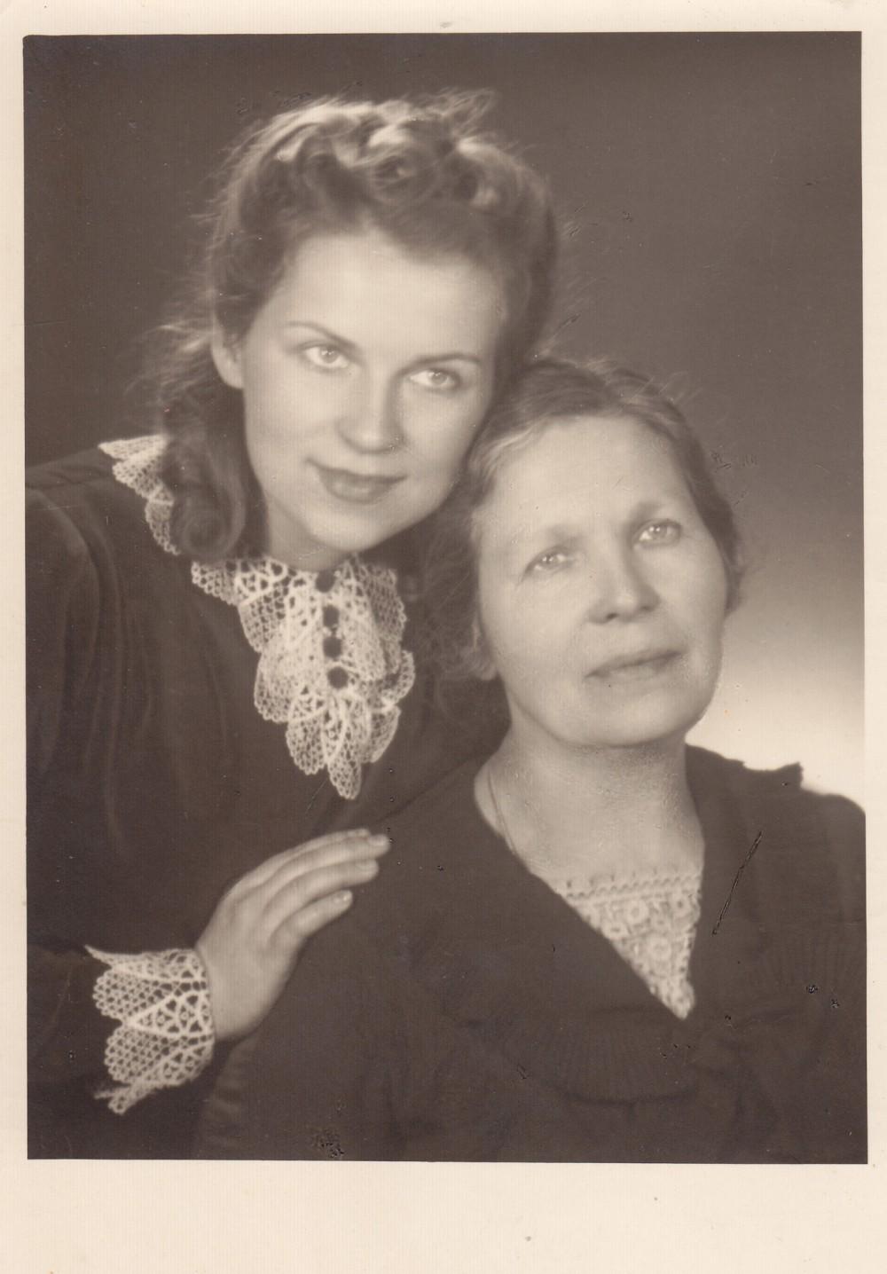 A. Liobytė su savo motina Marija Liobiene. Kaunas, 1937 m.