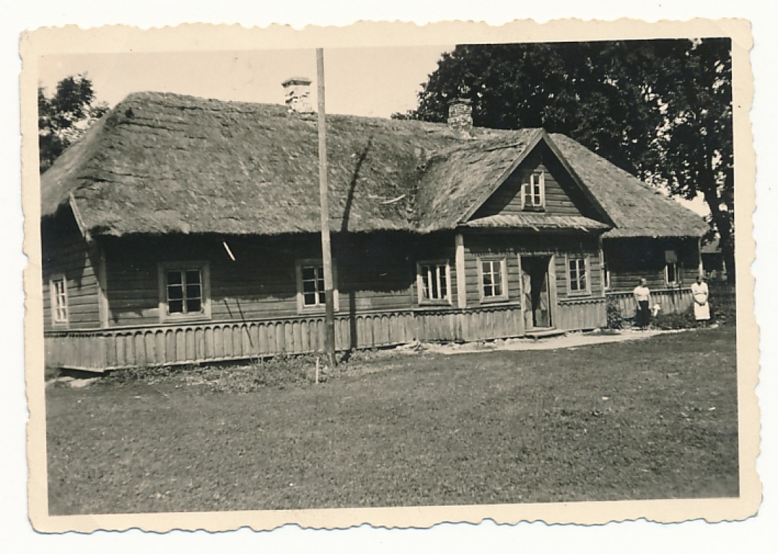 A. Vienažindžio senelių ir tėvų namai Gipėnuose. Apie 1930 m. Šiame name dabar įkurtas A. Vienažindžio memorialinis muziejus