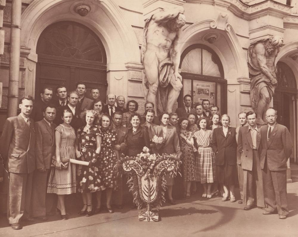 """A. Vienuolio-Žukausko """"Paskenduolės"""" pastatymo dalyviai Pabaltijo teatro festivalyje. A. Liobytė – antroje eilėje devinta iš kairės. Ryga, 1956 m."""