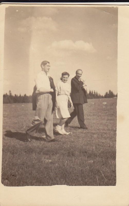 A. ir A. Baltrūnai su J. Linkevičiumi. Apie 1950 m.
