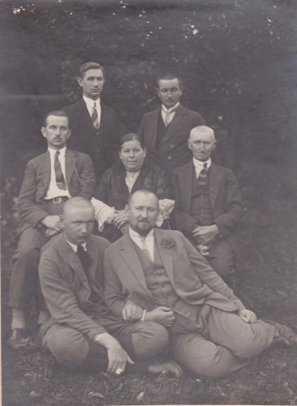Agota ir Pranciškus Sruogai su sūnumis Baliu, Adolfu, Juozapu, Kazimieru ir Aniolu. Baibokai, 1926 m.