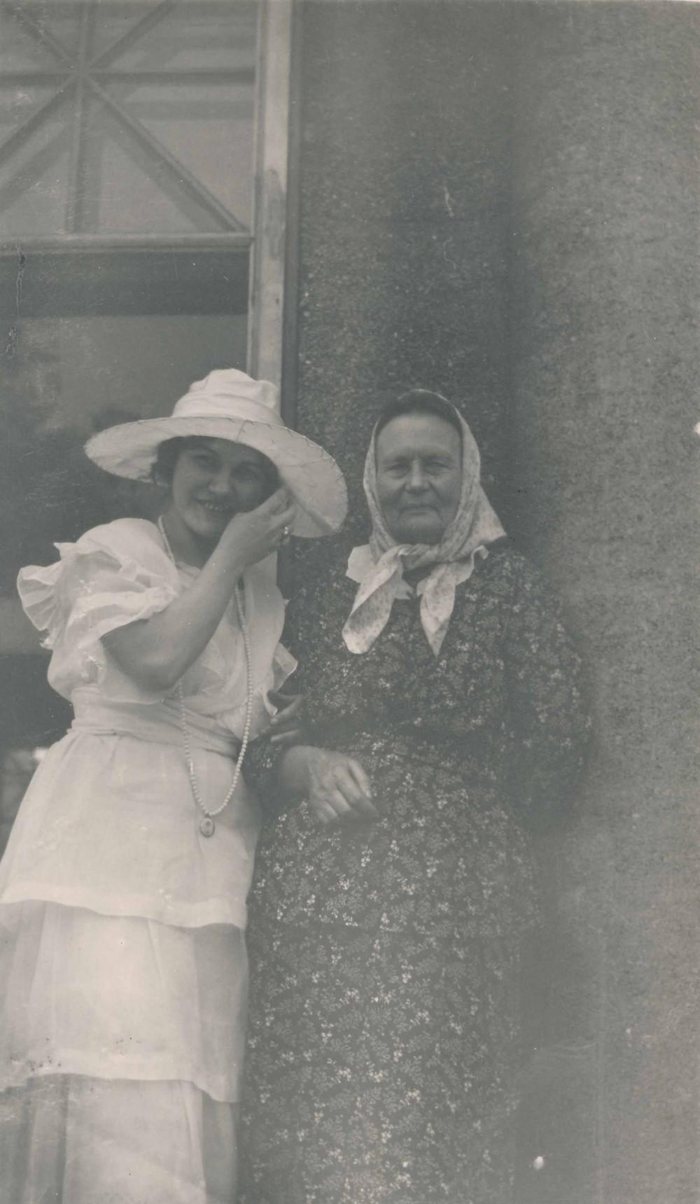 Aktorė Unė Babickaitė ir Žemaitė. Čikaga. 1920 m.