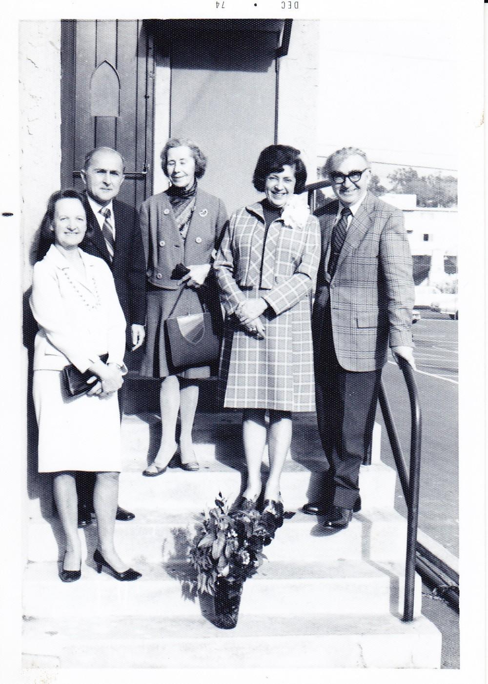 Alė Rūta, P. Visvydas, D. Mitkienė, B. Pūkelevičiūtė ir Bern. Brazdžionis. Los Andželas, 1974 m.