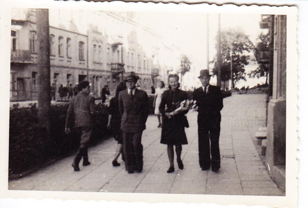 Alė Rūta (centre) Vilniuje. 1942 m.
