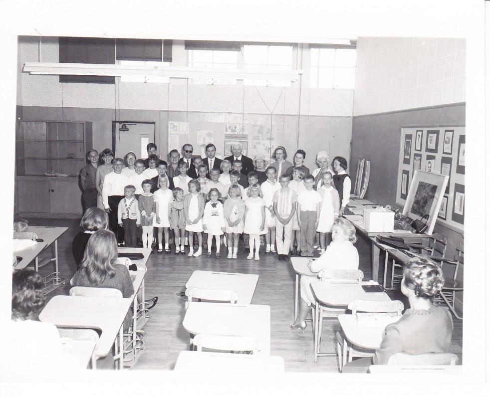 Alė Rūta (pirma iš dešinės) su Lituanistinės mokyklos auklėtiniais. Los Andželas, 1974 m.