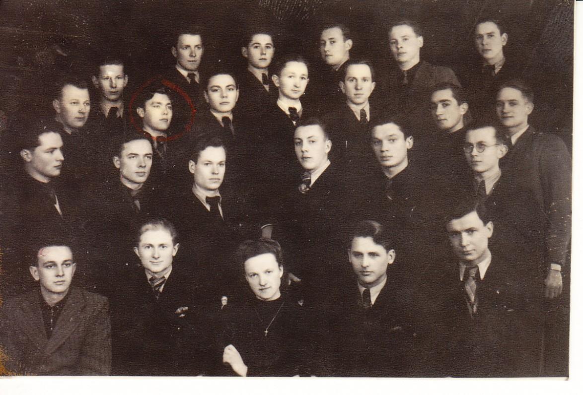 Alė Rūta su Aukštesniosios technikos mokyklos auklėtiniais. Vilnius, 1942 m.
