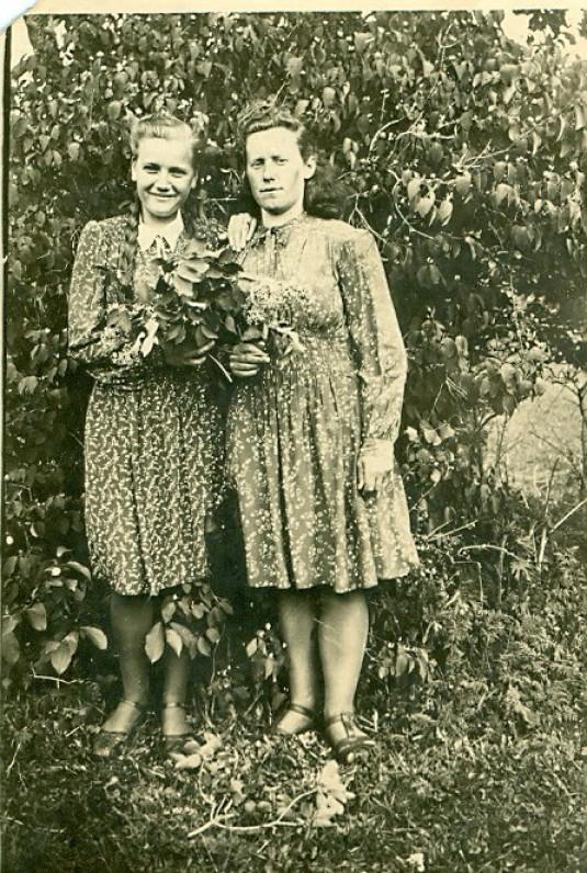 Alfonsa Žegliūnaitė (kairėje) ir nenustatyta moteris