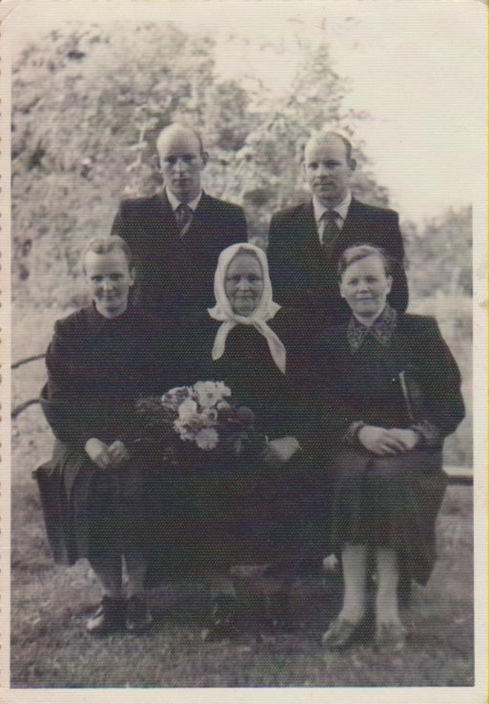 Andriekų šeima. Stovi Stasys ir Jonas. Sėdi Veronika bei Barbora. Centre sėdi mama – Barbora Jankutė-Andriekienė. Barstyčiai