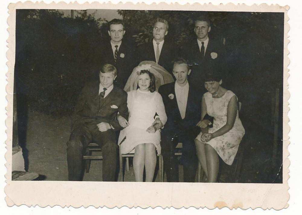 Antano ir Birutės vestuvės. Antros eilės centre B. Radzevičius. 1964 m.