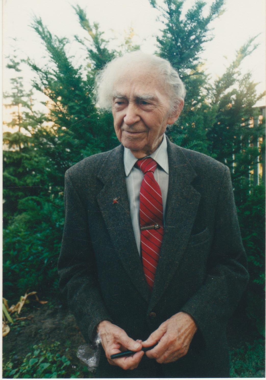 B. Brazdžionis savo namų kiemelyje Kaune. Apie 1997 m.