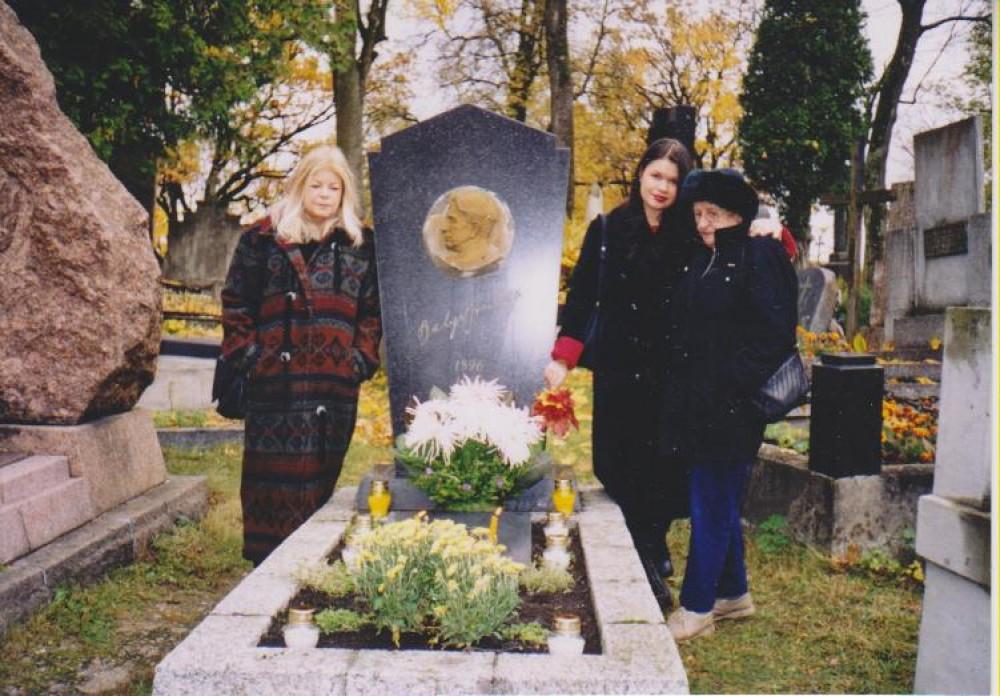Aušrinė Byla, Alina Diebold, Dalia Sruogaitė Rasų kapinėse. Vilnius, 2003 m. spalio 16 d.