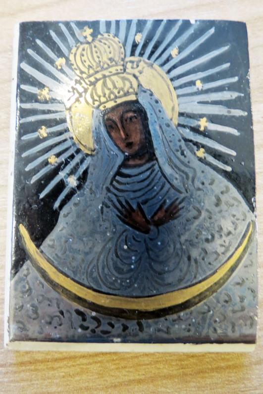 Aušros Vartų Marijos atvaizdas, keramika. Dydis 5,5 cm x 4 cm.