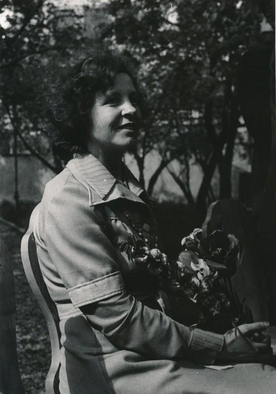 B. Baltrušaitytė Maironio lietuvių literatūros muziejaus sodelyje. 1980 m.