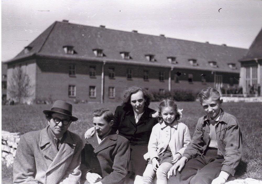 B. Brazdžionis su žmona ir vaikais Bremerhavene (netoli Hamburgo), prie barakų, kuriuose laikinai gyveno, laukdami laivo į JAV. 1949 m. gegužės mėn.