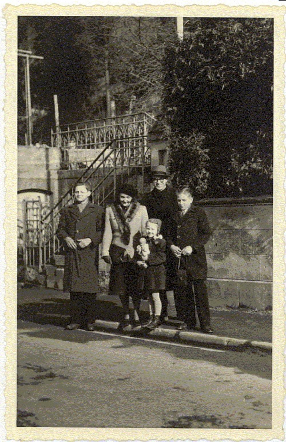 B. Brazdžionis su žmona ir vaikais Vokietijoje. Ravenburgas,1949 m.