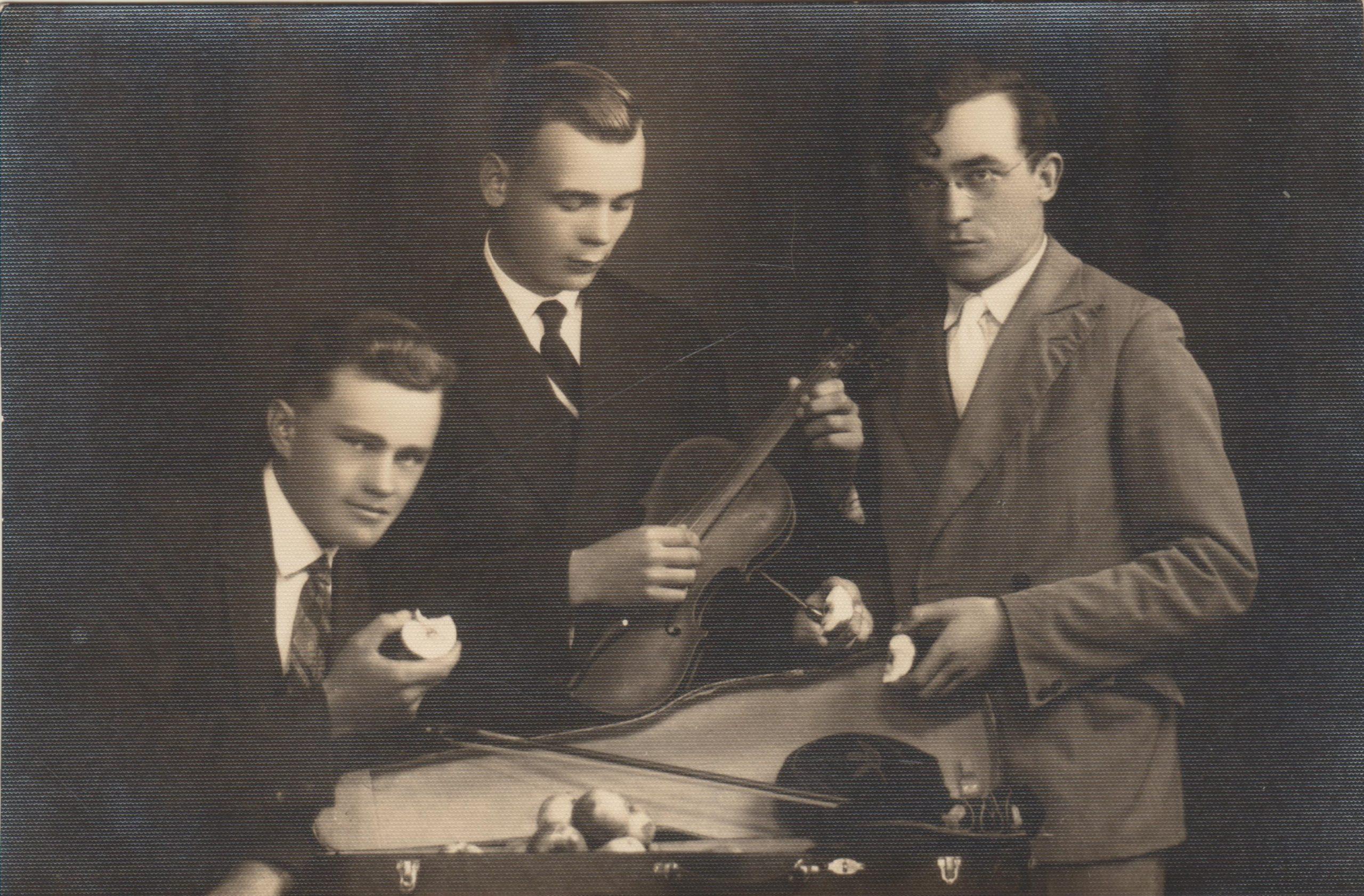 B. Brazdžionis su kambario draugais B. Skleniu (centre) ir A. Kuču (kairėje) Kaune apie 1931 m.