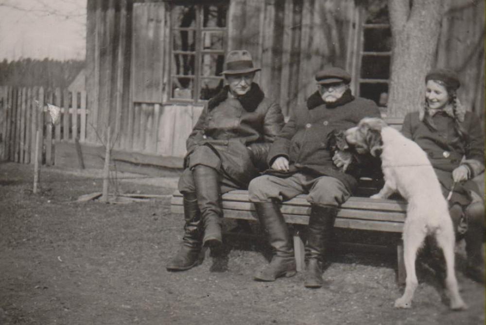 B. Sruoga, K. Daugirdas, D. Sruogaitė. Bugiai, apie 1937 m.