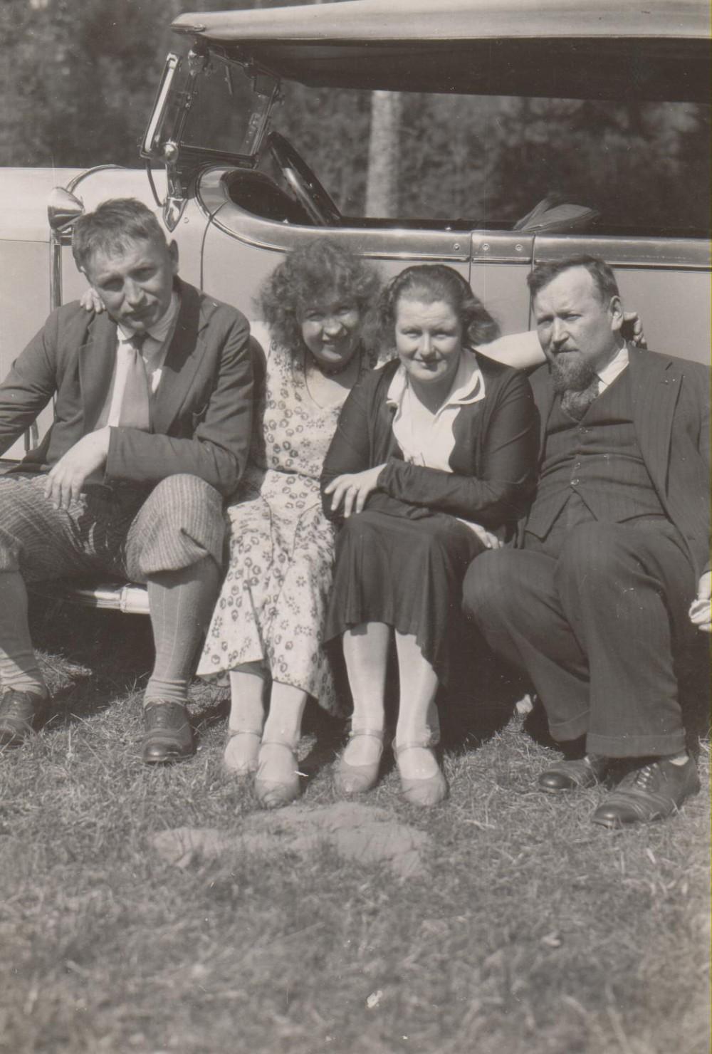 B. Sruoga, T. Zavarina-Sruogienė , V. Sruogienė, A. Sruoga. Palanga, 1933 m.