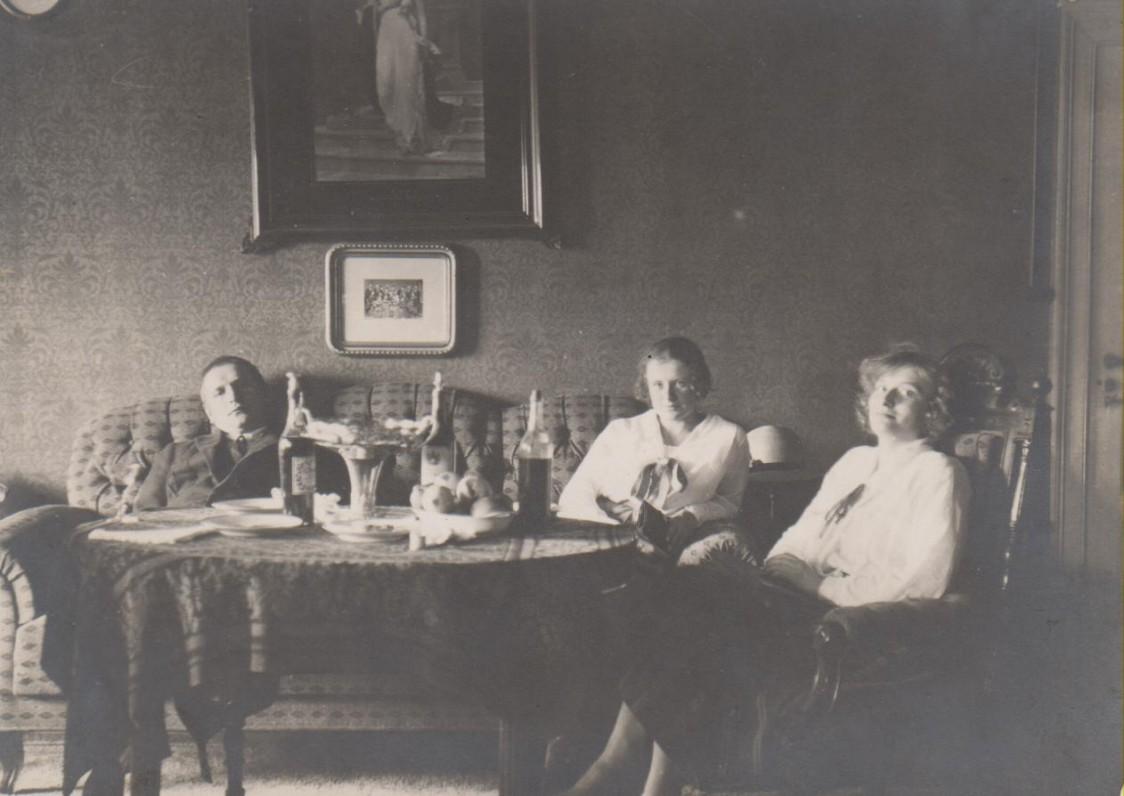 B. Sruoga, V. Sruogienė, V. Aleksandravičiūtė. Klaipėda, 1924 m. vasara