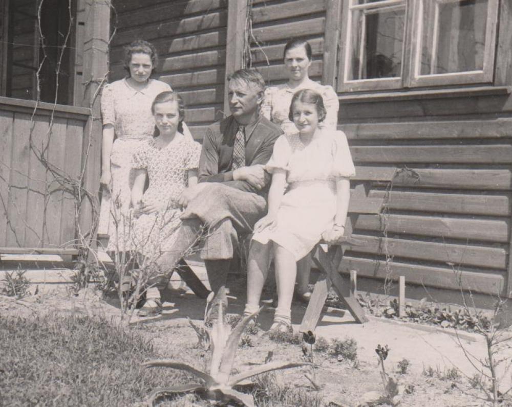 B. Sruoga su dukra Dalia ir jos draugėmis Julija ir Sandra Putvytėmis. Dešinėje tarnaitė Barbora Milašiūtė. Kaunas. 1939 m.