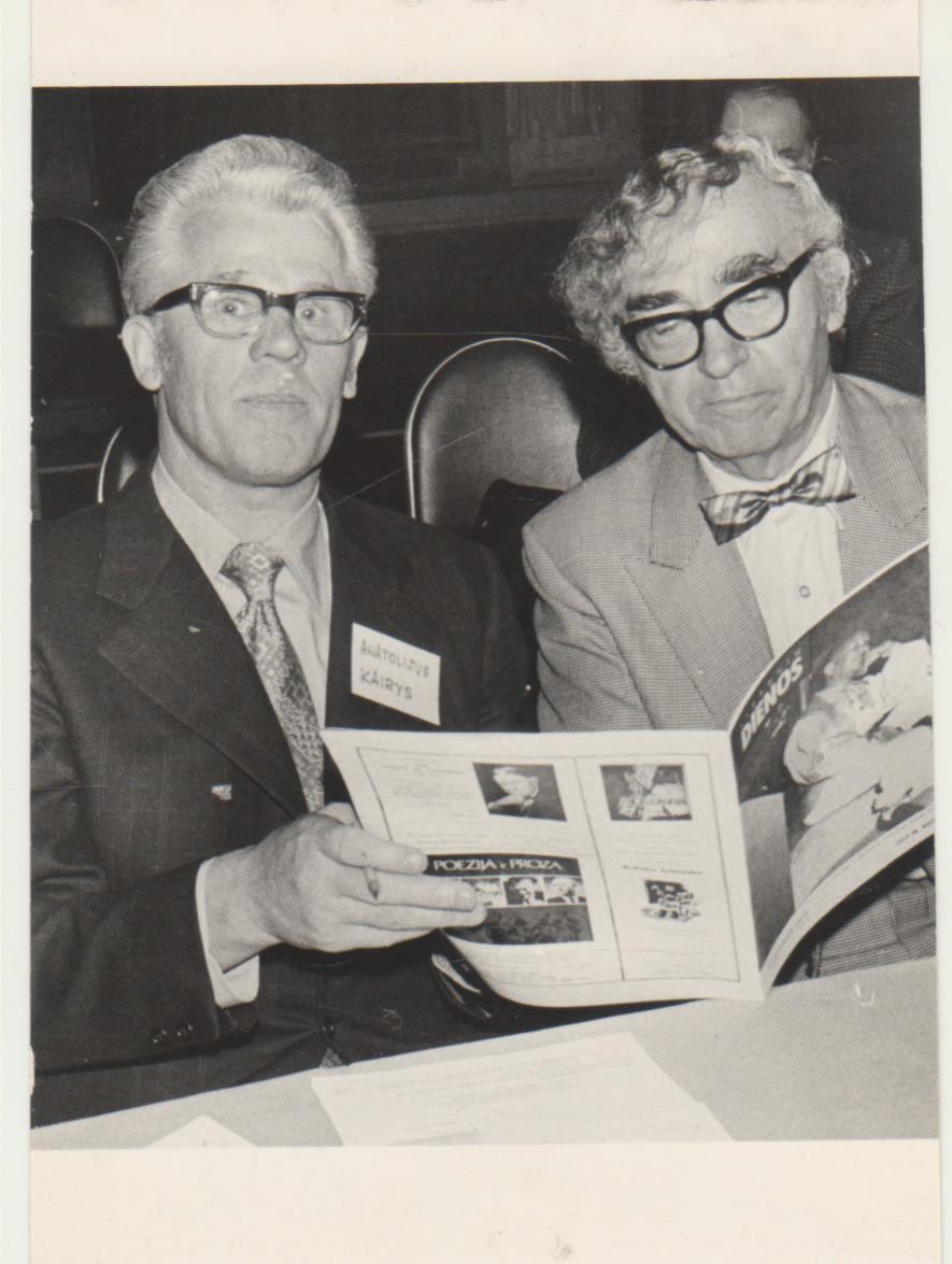 B. Brazdžionis (dešinėje) su A. Kairiu Čikagoje 1973 m. Nuotrauka A. Gulbinsko