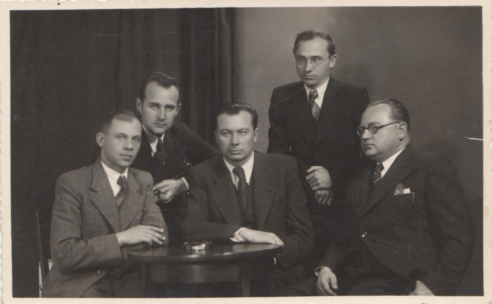 Lietuvių rašytojų draugijos valdyba 1938 m. lapkričio 2 d. Kaune. Iš kairės sėdi: J. Ambrazevičius-Brazaitis, J. Grušas, V. Bičiūnas, II eilėje J. Graičiūnas, B. Brazdžionis