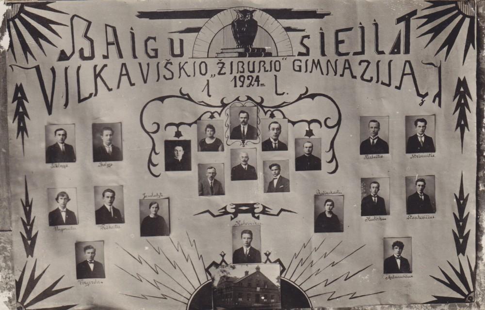 """Baigusiųjų Vilkaviškio """"Žiburio"""" gimnaziją vinjetė. 1924 m. Antroje eilėje iš dešinės trečia – S. Bačinskaitė"""